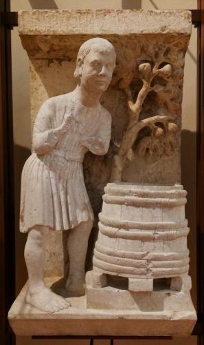 Preparazione della botte (Agosto), 1225-30 circa. (Maestro dei Mesi di Ferrara, pietra di Verona). cm 92x48,5x40