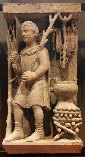 Potatura (Febbraio), 1225-30 circa. (Maestro dei Mesi di Ferrara, pietra di Verona). cm 94x47x33
