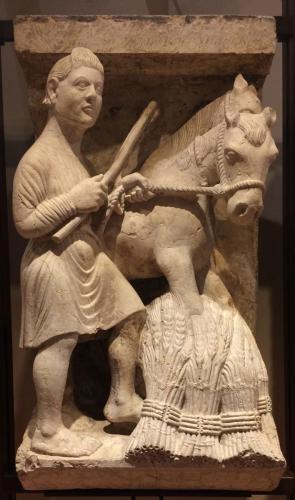 Trebbiatura del grano (Luglio), 1225-30 circa. (Maestro dei Mesi di Ferrara, pietra di Verona). cm 90x48,5x38
